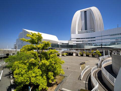 みなとみらい地区にあるパシフィコ横浜。国際会議場や展示ホールを備えたコンベンションセンター。2021年4月、神奈川県横浜市にて撮影。
