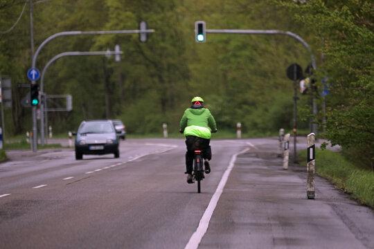 fahrradfahrer auf einer landstraße mit schutzkleidung