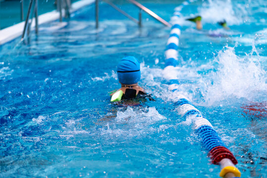 children in the pool learn to swim