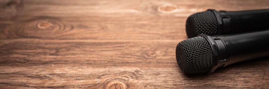 Mikrofon liegt auf Holztisch