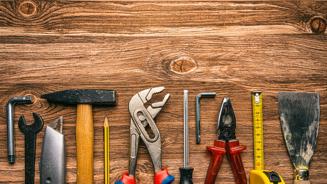 Werkzeuge liegen auf einem Holztisch