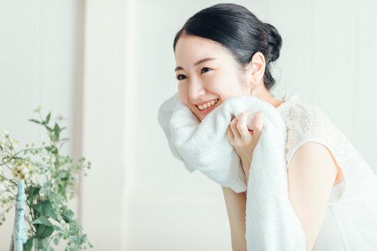 洗顔・タオルドライする女性