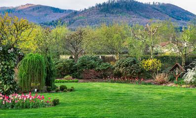 Piękny wiosenny ogród u podnóża gór