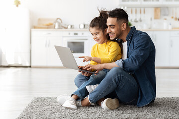 Fototapeta Happy Arab Man With His Little Daughter Using Laptop Together At Home obraz