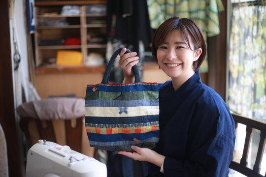 手作りのバッグを持つ女性