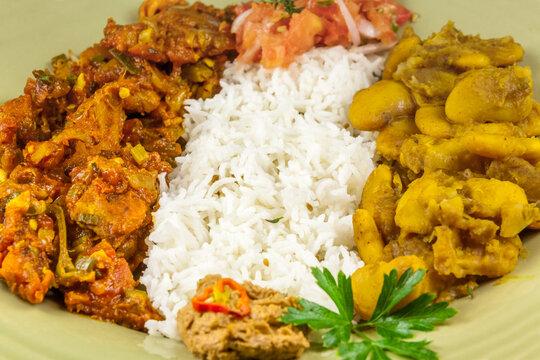 Assiette créole tradiction elle, rougail de morue, riz blanc, gris pois et rougails