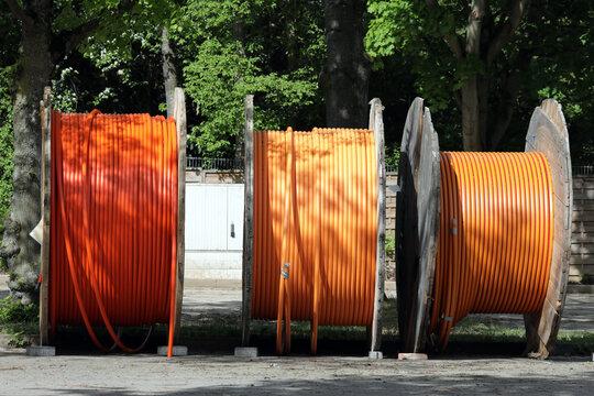 drei kabeltrommeln mit glasfaserkabel für schnelles internet