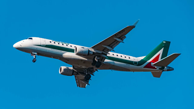 Alitalia Embraer E75S (EI-RDD) approaching munich airport MUC on a sunny winter day