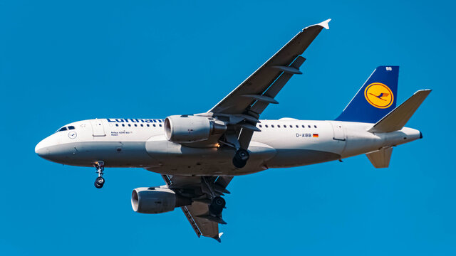 Lufthansa Airbus A319 (D-AIBB) approaching munich airport MUC on a sunny winter day