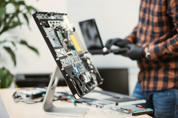 Obraz repairing the broken computer - fototapety do salonu