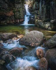 Fototapeta Wodospad w górach obraz