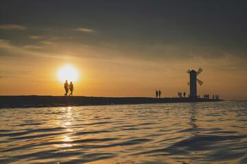 Obraz Zachód słońca nad brzegiem morza - fototapety do salonu