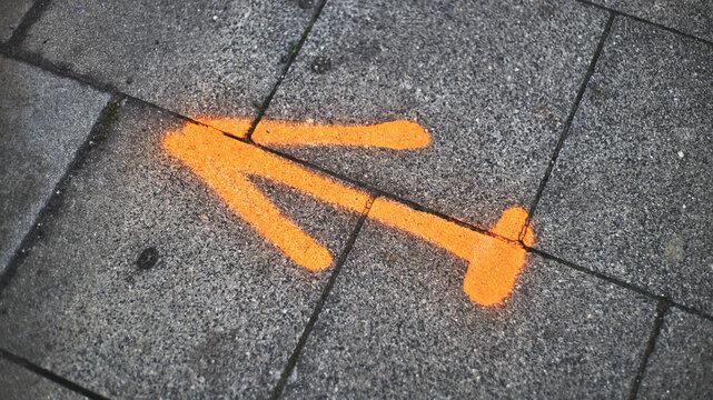 Der orange Pfeil zeigt in die Richtung