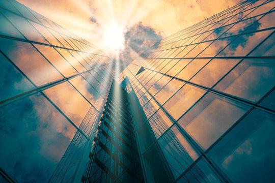Higrise Building mit Sonnenstahlen  im Gegenlicht