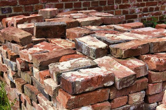 Die alten Ziegelsteine wurden nach dem Abbruch gesammelt und auf einem Stapel gelagert