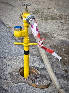 Der Hydrant auf der Strasse wird zum Wasser zapfen genommen