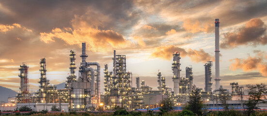 Fototapeta Oil and Gas Industrial zone,The equipment of oil refining,Close-up of industrial pipelines of an oil-refinery plant,Detail of oil pipeline with valves in large oil refinery. obraz