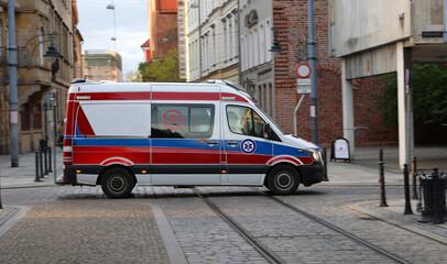Fototapeta Ambulans medyczny wgotowości do akcji czeka na ratowników.  obraz