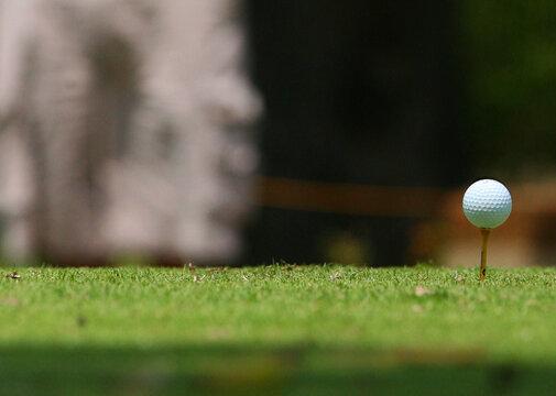 Pelota de golf lista para ser golpeada