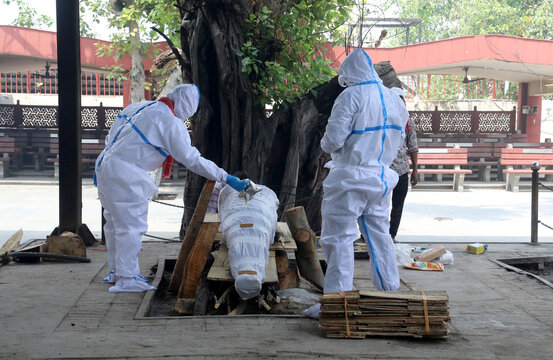 Covid 19 Death In Indian Relatives Next The Body Of A Man Who Died From Coronavirus Disease