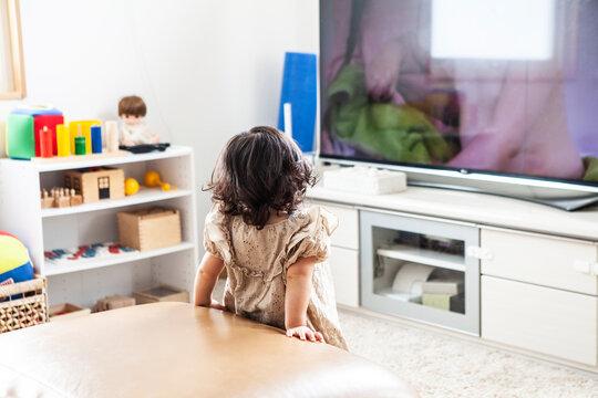 テレビを観ている赤ちゃん