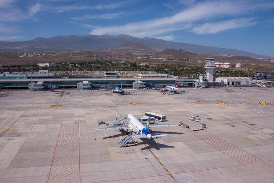 Fotografía aérea del aeropuerto de Reina Sofía en el sur de la isla de Tenerife, Canarias
