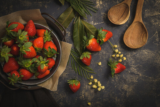 Empty round plate with strawberries