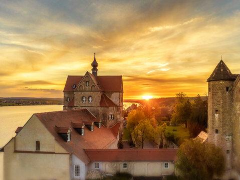 Wunderschönes Schloss Seeburg in Deutschland bei traumhaften Sonnenuntergang über dem Süßen See