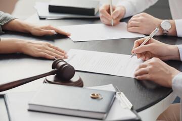 Obraz Couple signing divorce decree in lawyer's office - fototapety do salonu