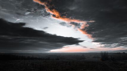 Dramatycznie pochmurne niebo o poranku