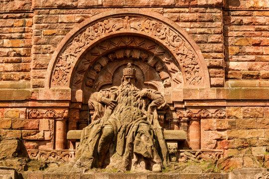 Der schlafende deutsche Kaiser Friedrich Barbarossa Rotbart im Berg - Kyffhäuserdenkmal