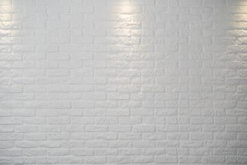 biała doświetlona ceglana ściana