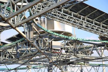 Fototapeta konstrukcja pod obrotowe panele fotowoltaiczne i turbiny wiatrowe, ferma. obraz