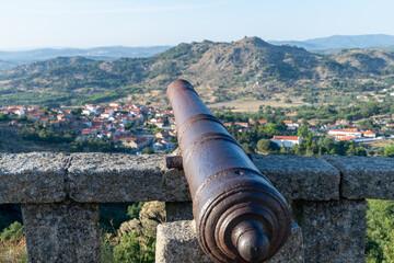 cañón medieval defendiendo un fuerte en la montaña - fototapety na wymiar