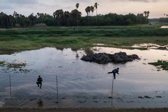 Migrants run south towards Mexico in La Joya,Texas