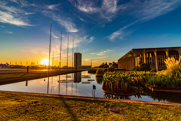 Obraz Palácio Itamaraty e Congresso Nacional ao nascer do sol em Brasília, capital do Brasil. - fototapety do salonu
