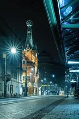 Ulica Basztowa w Krakowie z domem pod globusem w nocy - widoczne tramwaje