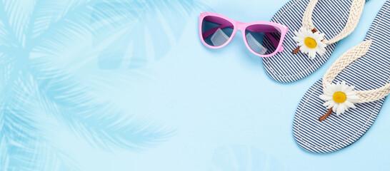 Obraz Beach flip flops with flowers and sunglasses - fototapety do salonu