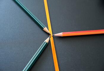 Obraz ołówki na czarnym tle z elementem drkoracyjnym  - fototapety do salonu