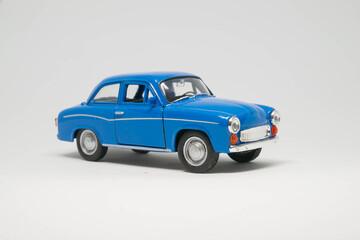 Syrena samochód zabawka koloru niebieskiego na białym tle