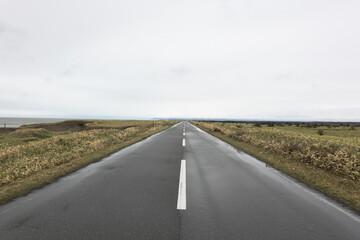 道, ハイウェイ, 空, 風景, アスファルト, 旅行, 不毛の, 地平線, 青, ストレート, 自然, 中身のない, 道のり, 雲, 雲, ルーラル, サマータイム, 線, 旅, 長い, 手段, 緑, オープン, 山, 原動力