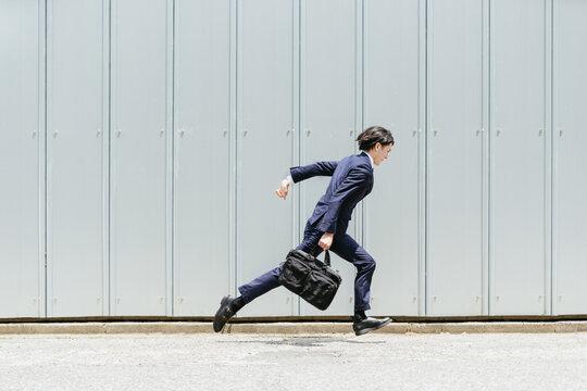 走る若いビジネスマン・スピートのあるビジネスのイメージ