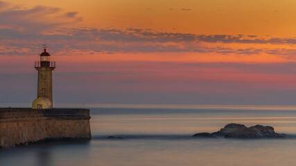 Fototapeta Latarnia morska nad Oceanem Atlantyckim w zachodzącym słońcu obraz