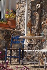 Obraz Greckie klimaty, niebieskie krzesło, biały stół w cieniu na zewnątrz, Kreta, Grecja - fototapety do salonu