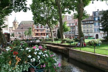 Centrum starego miasta w Colmar, Alzacja, zielony park nad kanałem.