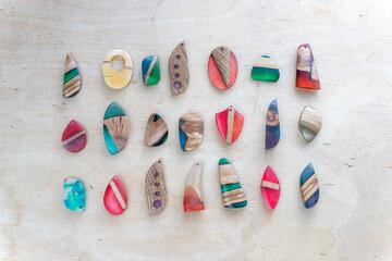 Ręcznie robiona biżuteria z żywicy i drewna
