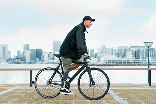サイクリングをする義足男性