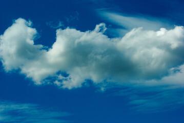Chmury na tle błękitu nieba