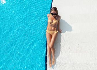 Obraz Woman relaxing in swimming pool - fototapety do salonu