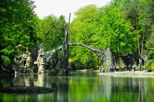 Rakotzbrücke mit Basaltsäulen im Rhododendronpark Kromlau Pfingsten 2021